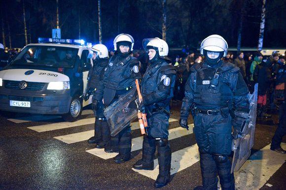 Poliisi eristi 612.fi-yhdistyksen soihtukulkueen marssijat ja marssin vastustajat toisistaan Helsingissä itsenäisyyspäivänä.
