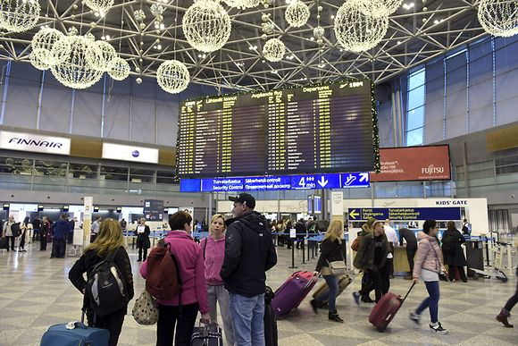 Joulukoristeita ja matkustajia Helsinki-Vantaan lentokentällä lauantai-iltapäivällä 14. marraskuuta 2015.