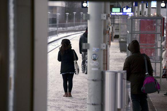 ihmisiä asemalaiturilla