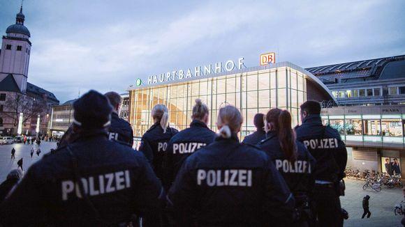 Saksalaisia poliiseja Kölnin rautatieaseman edustalla.