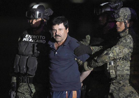 """Joaquín """"El Chapo"""" Guzmánia vietiin helikopteriin perjantaina México Cityn lentokentällä."""