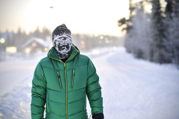 Mies kävelee kasvot huuruussa noin 40 asteen pakkasessa Kolarin Äkäslompolossa 7. tammikuuta