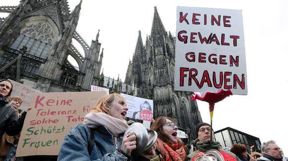 Naisiin kohdistuvan häirinnän vastainen mielenosoitus Kölnin tuomiokirkon edustalla lauantaina 9. tammikuuta 2016.