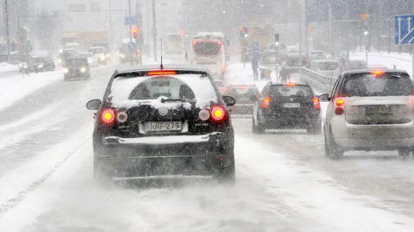 Liikennettä lumituiskussa.