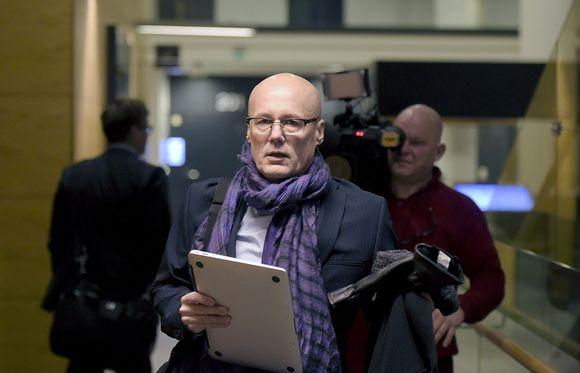 Valelääkäriepäilty Esa Laiho saapuu Helsingin käräjäoikeuteen perjantaina.