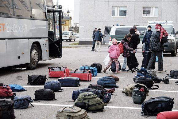 Turvapaikanhakijoita Tornion järjestelykeskuksen pihalla 21. lokakuuta.