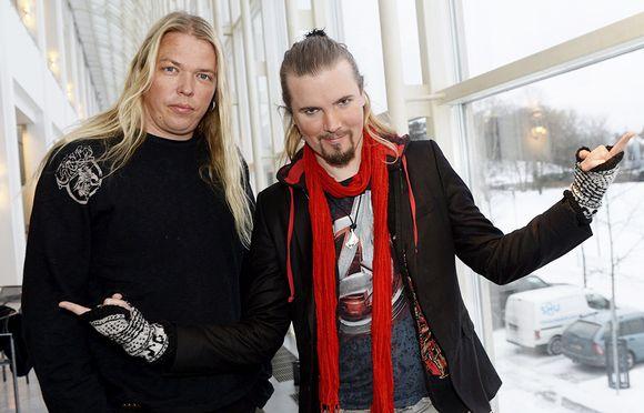Eicca Toppinen (vas.) ja Perttu Kivilaakso uutuusooppera Indigon lehdistötilaisuudessa Kansallisoopperassa 11. tammikuuta