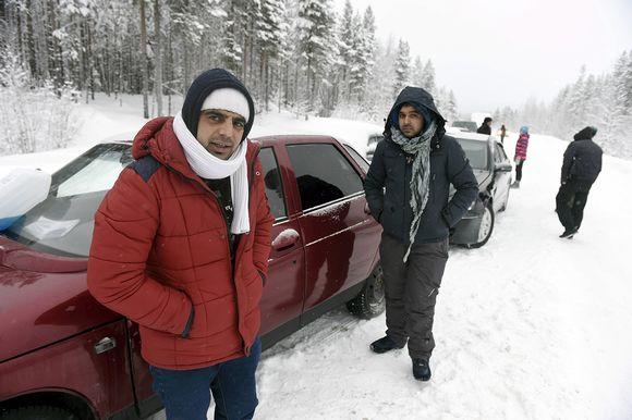 Afganistanilaiset Nazirulhag (vas) ja Rahmatullah odottelivat puomiasemalla 3 kilometriä Alakurtista itään lauantaina 23. tammikuuta 2016 Venäjän rajavartiolaitoksen lupaa päästä jatkamaan matkaansa Suomeen Sallan Kelloselän raja-asemalle.