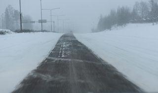 Näkyvyys oli huono sankan lumisateen vuoksi Espoossa Länsiväylällä aikaisin sunnuntaina aamulla 24. tammikuuta.