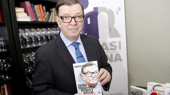Paavo Väyrynen kirjansa Eihän tässä näin pitänyt käydä julkaisutilaisuudessa Helsingissä.
