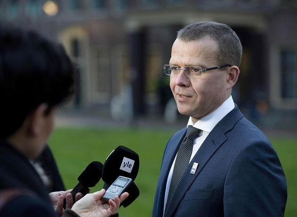 Petteri Orpo vastaa mikrofoniin