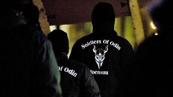 Soldiers of Odinin jäsenet marssivat Joensuussa.