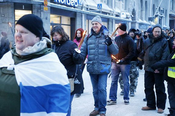 Tampereen keskustassa järjestettiin kaksi mielenosoitusta 23. tammikuuta 2016, liikkeellä olivat maahanmuuton vastainen kuvassa oleva Rajat Kiinni! -soihtukulkue ja Loldiers of Odin -klovnit.