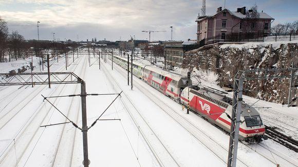 Junaliikennettä Linnunlaulun kohdalla Helsingissä.