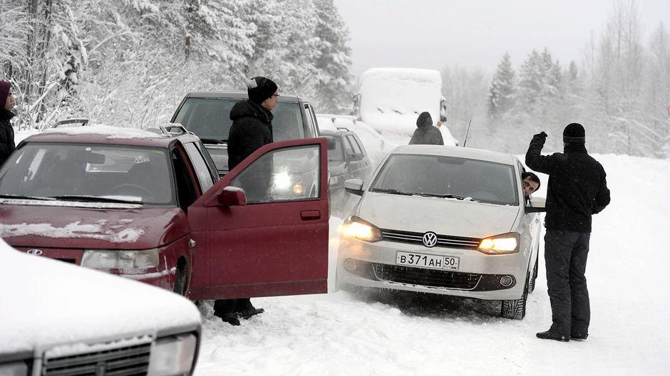 Turvapaikanhakijoiden autoletka odotteli puomiasemalla 3 kilometriä Alakurtista itään lauantaina 23. tammikuuta 2016 Venäjän rajavartiolaitoksen lupaa päästä jatkamaan matkaansa Suomeen Sallan Kelloselän raja-asemalle.