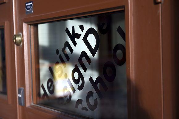 Video: Helsinki Design Schoolin ulko-ovi kuvattuna Helsingissä 1. helmikuuta 2016.