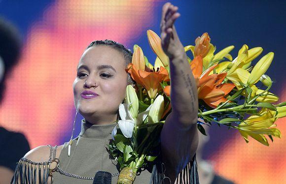Video: Sandhja juhlii Uuden Musiikin Kilpailun (UMK) finaalin voittoa Helsingissä 27. helmikuuta 2016.