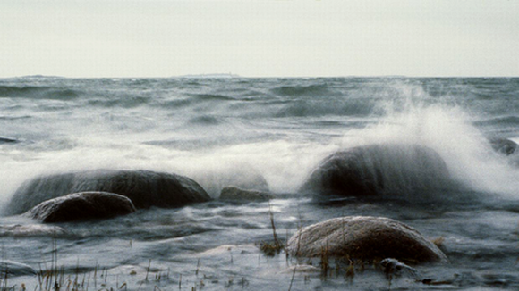 Merimaisema, aallot iskeytyvät rantakiviin.