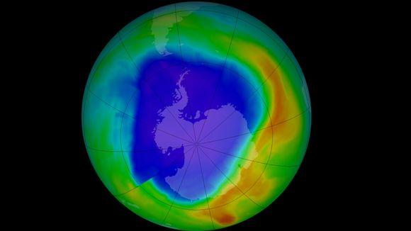 Nasan Aura- ja Suomi-satelliittien mittauksista muodostettu kuva eteläisen napa-alueen otsonikerroksen paksuudesta. Sinisellä alueella otsonikerros on ohuimmillaan ja punaisilla paksuimmillaan.