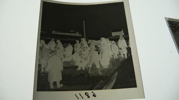 Sota-aikaisen valokuvan negatiivi.