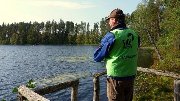 Kalastuksenvalvoja Eino Arpiainen kalastaa vieheellä Valkean alueella Mikkelissä.