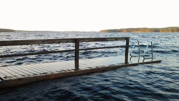 Laituri kurkistaa vedenpinnan yläpuolelle