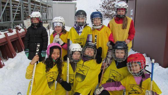 Päämajakoulun 3.-4.-luokkalaisten jääpallojoukkue.