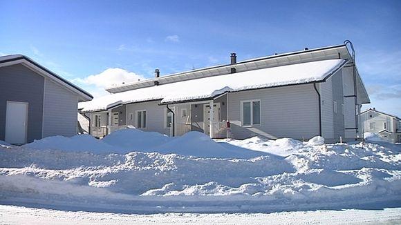 Valmistalo lumisessa maisemassa.