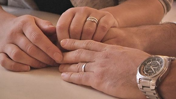 Naisen ja miehen kädet