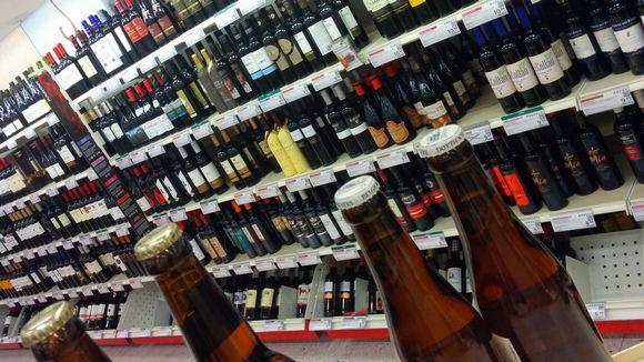 Viinit ja vahvat oluet löytyvät nykyisin Alkon hyllyistä.