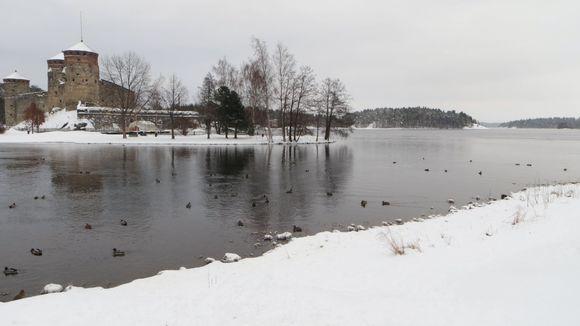 Olavinlinnan ohi itään näkyy avointa Kaupinselkää.