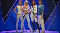 Video: ABBA-yhtye kokonaisuudessaan kuin kultaisella 70-luvulla. Yhtyeellä on vaaleat vaatteet tummansinistä taustaa vasten.