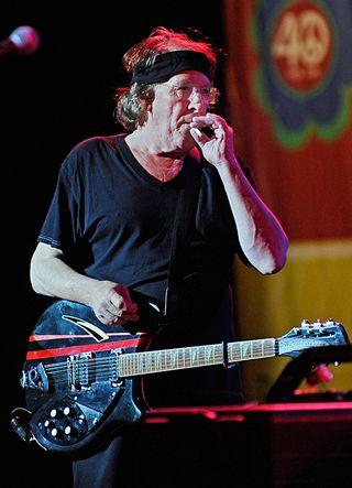 Muusikko Paul Kantner vetää henkosia tupakastaan.