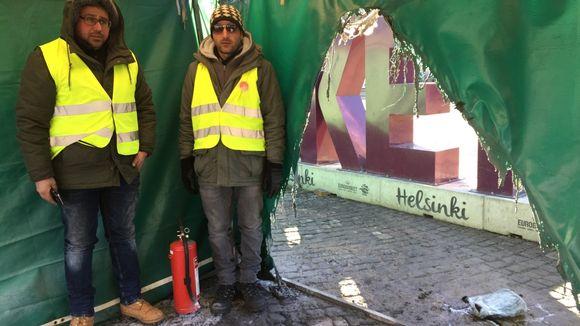Rautatientorilla oleva turvapaikanhakijoiden mielenosoitusteltta syttyi tuleen varhain perjantaiaamuna. Qasim Khudhair från Irak och Tariq Mommand från Afghanistan var på plats när branden började