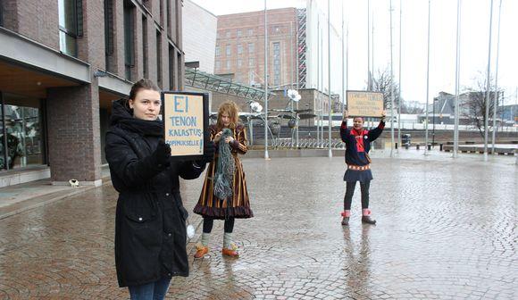 Stina Aikio, Sunna Valkeapää ja Niillas Holmberg vuostálastte Deanu soahpamuša dánssain riikkabeivviid olggobealde.