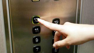 Sormi valitsee hississä kerroksen numero 13.