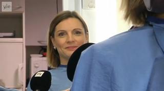Uutisjuontaja Hanna Visala maskissa ennen uutislähetystä