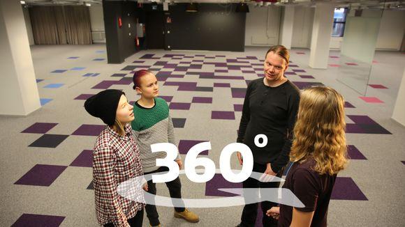 Yläkoululaiset Onerva Rousu ja Nooa Siiro näkevät ensimmäistä kertaa tulevan koulun. Oppaana erityisopettaja Vesa Erähalme ja toimittajana TET-harjoittelija Toni Lahtinen.