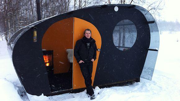 Suunnittelija Ilmari Mäenpää nojaa Olokolon oranssiin ulko-oveen.