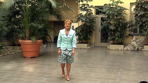 Hannele Pokka kävelee ympäristöministeriö