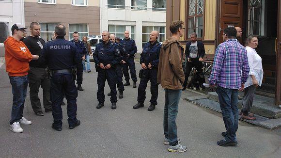 Poliisit haastattelevat iskun jälkeen paikallaolleita