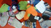 Nenäpäivään voi osallistau myös kutomalla sukkia ja lapasia.