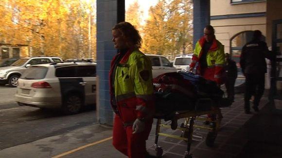 OSAO:n puukotuksen uhria kuljetetaan pois tapahtumapaikalta.
