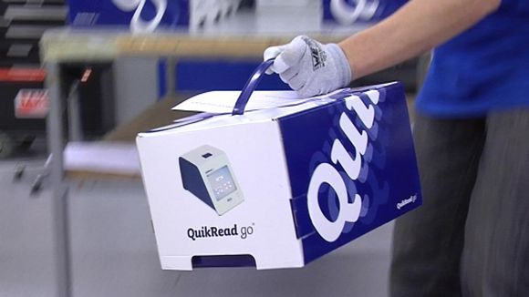 Kempeleessä valmistettua terveysteknologiaa pakataan kuljetuslavalle.