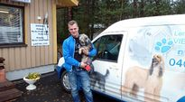 Lemmikkihoitola Vierashuoneen omistaja Simo Tolonen kertoo, että koirahoitolaan tulee asiakkaaksi monenlaista hännänheiluttajaa.