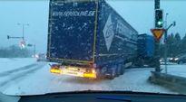 Video: Rekka kääntyy Oulussa lentokentäntieltä kaupunkiin päin lumipyryssä 24.10.2014