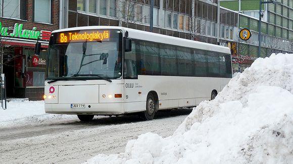 Linja-auto Torikadulla Oulun keskustassa