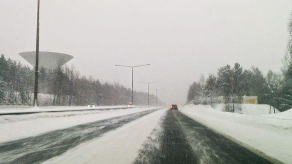 Lumimyräkkä Nelostiellä Oulussa