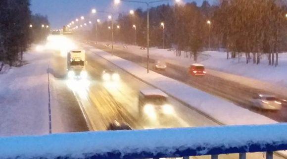 Pohjantien liikennettä 29.1.2015 Oulussa Peltolan liittymän kohdalla.