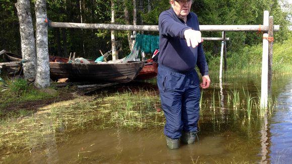 Kuusamolainen Teuvo Korva Ala-Kitkan rannalla Kuusamossa.